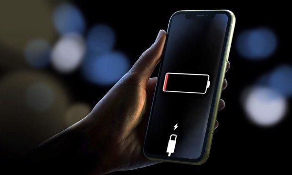 4 điều chúng ta hay làm hằng ngày, tưởng bình thường nhưng lại rất gây hại cho điện thoại, laptop - Ảnh 1.