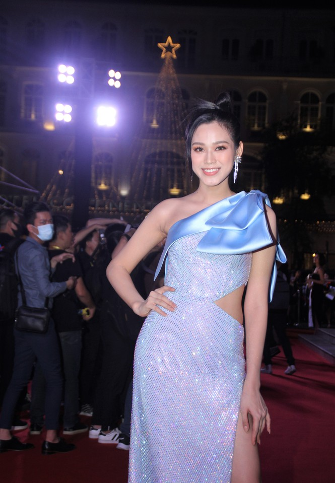 Hoa hậu Đỗ Thị Hà lộ vòng 2 lùm lùm thiếu săn chắc, soi kĩ nhận ra ngay lỗi trang phục mà các bánh bèo hay mắc phải - Ảnh 3.
