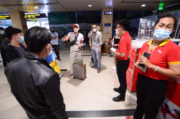 Diễn biến dịch ngày 10/10: Hà Nội gật đầu với hàng không, vẫn lắc đầu với đường sắt; Tỉnh Ninh Thuận nói gì việc xử phạt người tự đi xe máy về quê? - Ảnh 1.