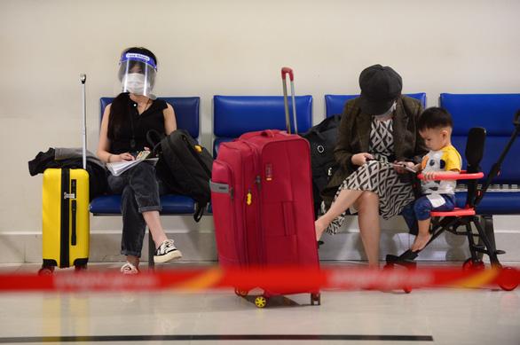 Diễn biến dịch ngày 10/10: Hà Nội gật đầu với hàng không, vẫn lắc đầu với đường sắt; Tỉnh Ninh Thuận nói gì việc xử phạt người tự đi xe máy về quê? - Ảnh 3.