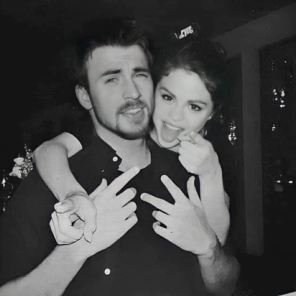 Cả MXH náo loạn vì Selena Gomez và Chris Evans lộ hình hẹn hò nét căng: Mùi mẫn trong xe không khác gì tình nhân? - Ảnh 3.