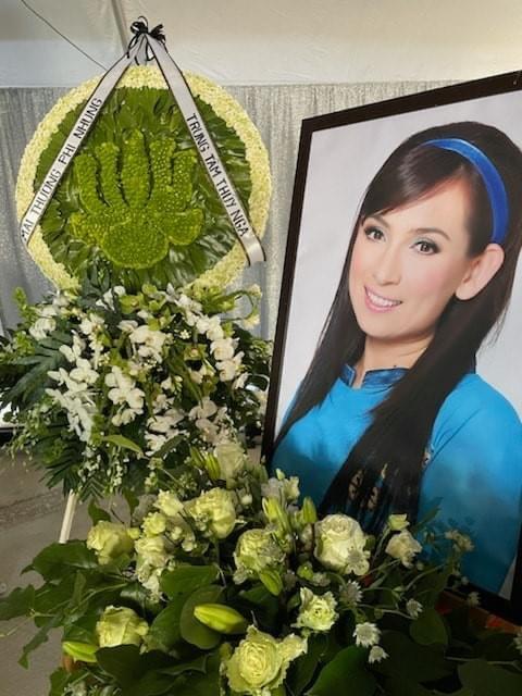Cập nhật tang lễ cố ca sĩ Phi Nhung ở Mỹ: Khung cảnh đượm buồn, con gái mặc áo dài ôm chặt tro cốt của mẹ gây xót xa! - ảnh 9