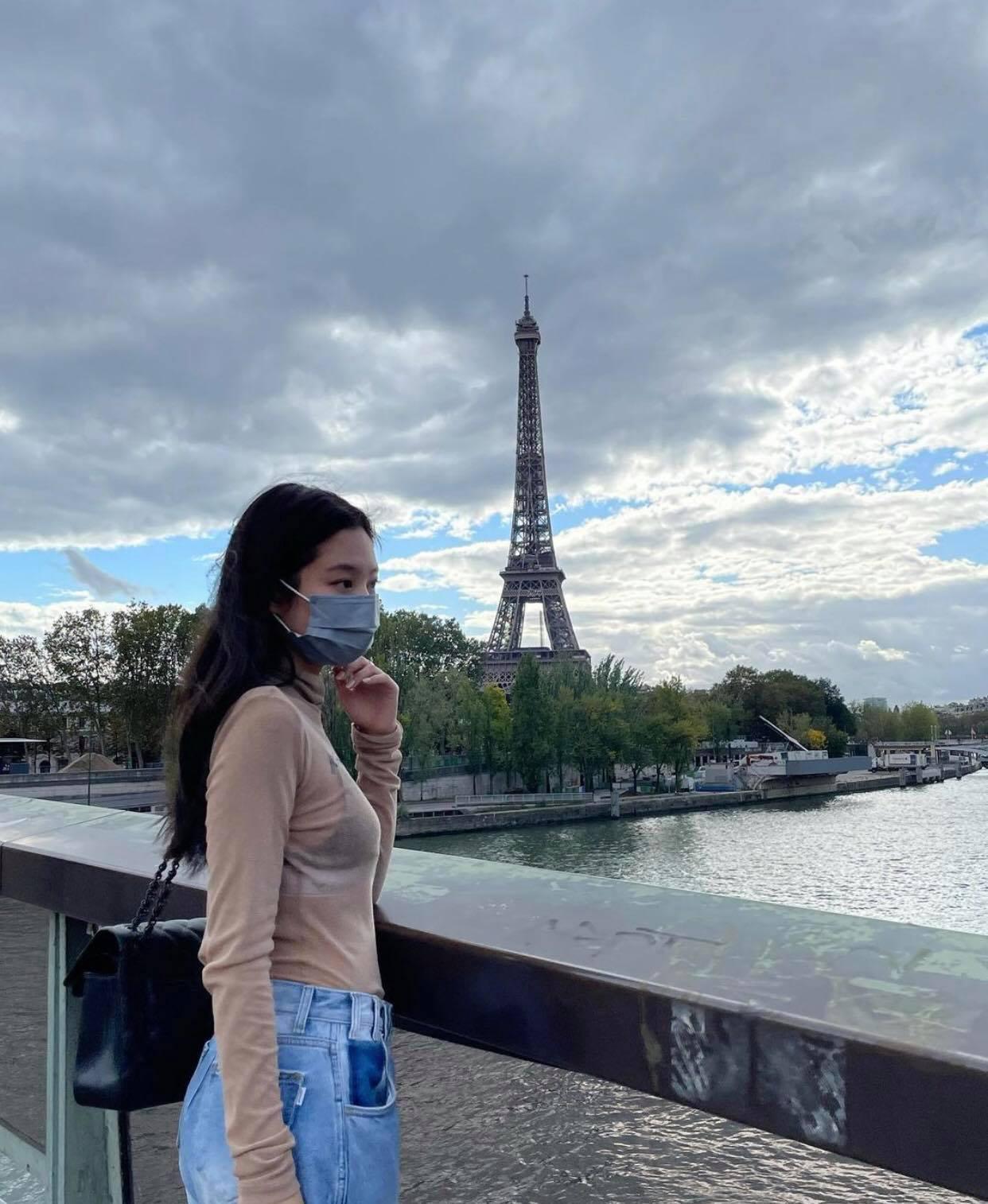 Đến Paris là Jennie xõa hết cỡ, hở bạo kiểu… gây lú: Hết khoe ảnh giấu quần hiểm hóc, giờ lại đến như mặc độc áo lót đi chơi - Ảnh 4.