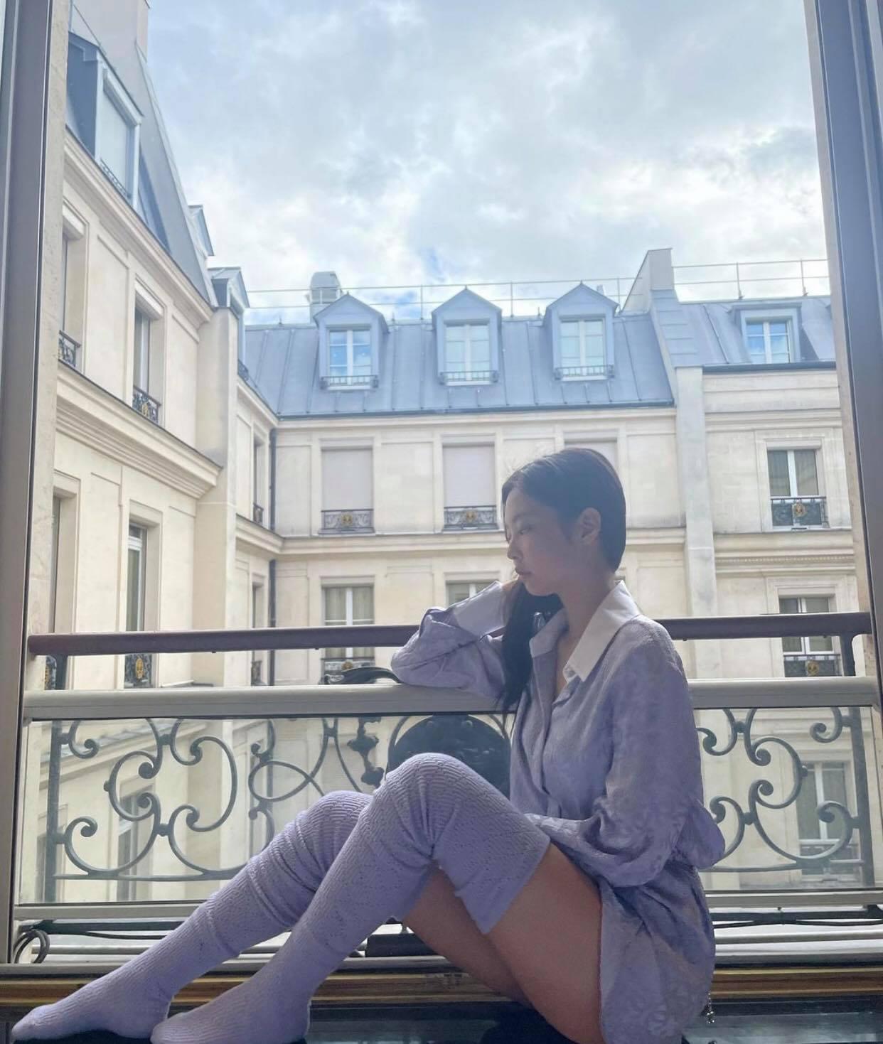 Đến Paris là Jennie xõa hết cỡ, hở bạo kiểu… gây lú: Hết khoe ảnh giấu quần hiểm hóc, giờ lại đến như mặc độc áo lót đi chơi - Ảnh 5.