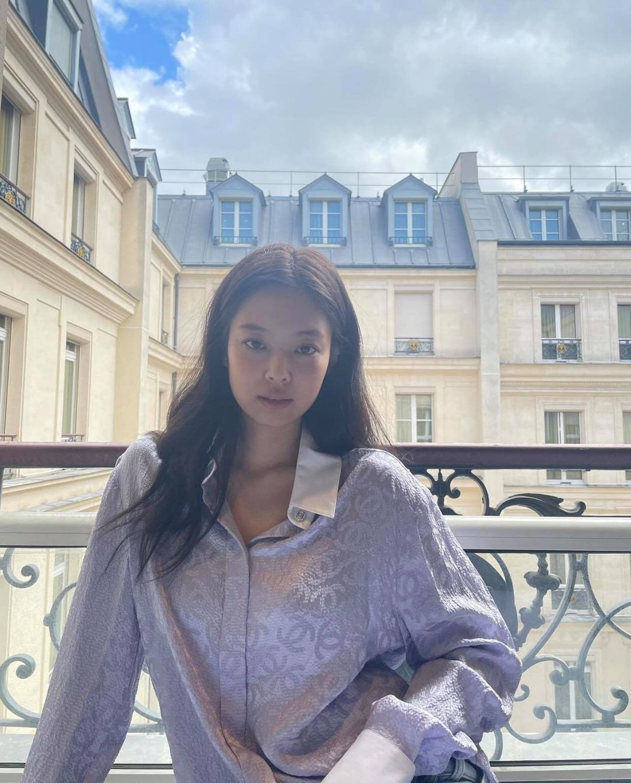 Đến Paris là Jennie xõa hết cỡ, hở bạo kiểu… gây lú: Hết khoe ảnh giấu quần hiểm hóc, giờ lại đến như mặc độc áo lót đi chơi - Ảnh 8.