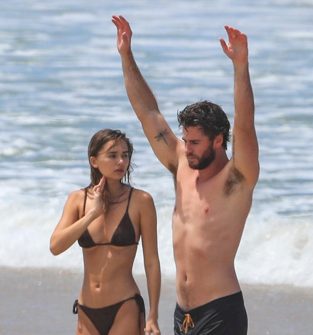 Bạn gái Liam Hemsworth diện bikini khoe body đẹp nức nở, nhưng dân tình lại réo tên Miley Cyrus vì 1 điểm tương đồng - Ảnh 11.