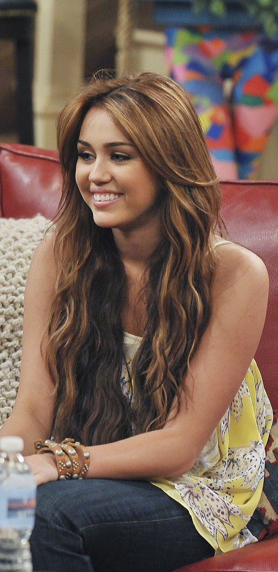 Bạn gái Liam Hemsworth diện bikini khoe body đẹp nức nở, nhưng dân tình lại réo tên Miley Cyrus vì 1 điểm tương đồng - Ảnh 8.