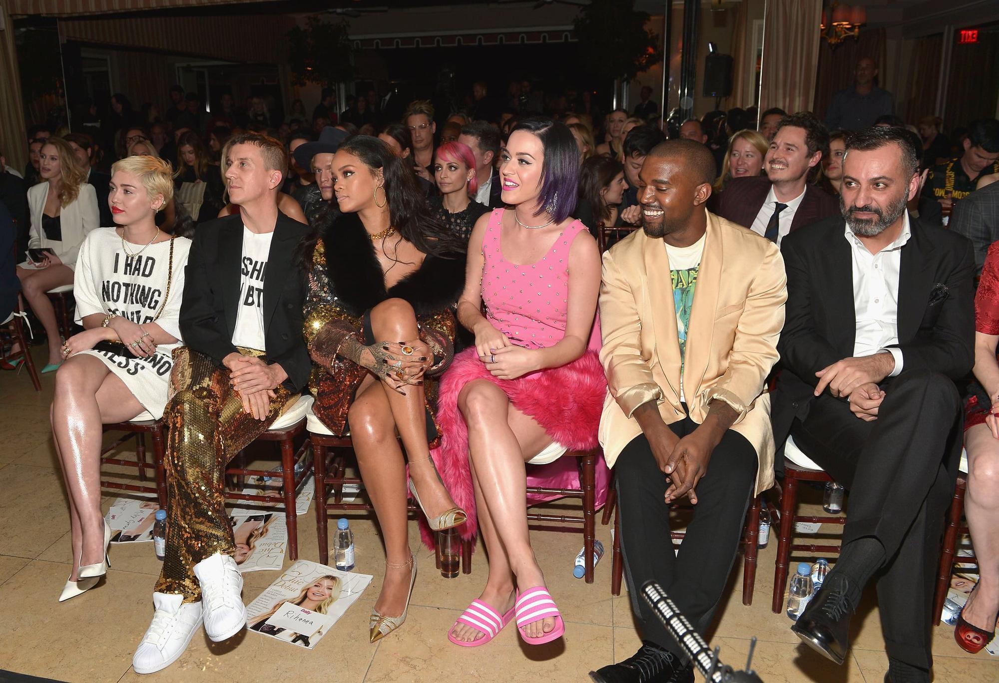 Khung hình quyền lực quy tụ toàn nhân vật máu mặt: Tỷ phú Rihanna và Kanye West chễm chệ, nhìn dàn sao ngồi cạnh mà choáng - Ảnh 3.