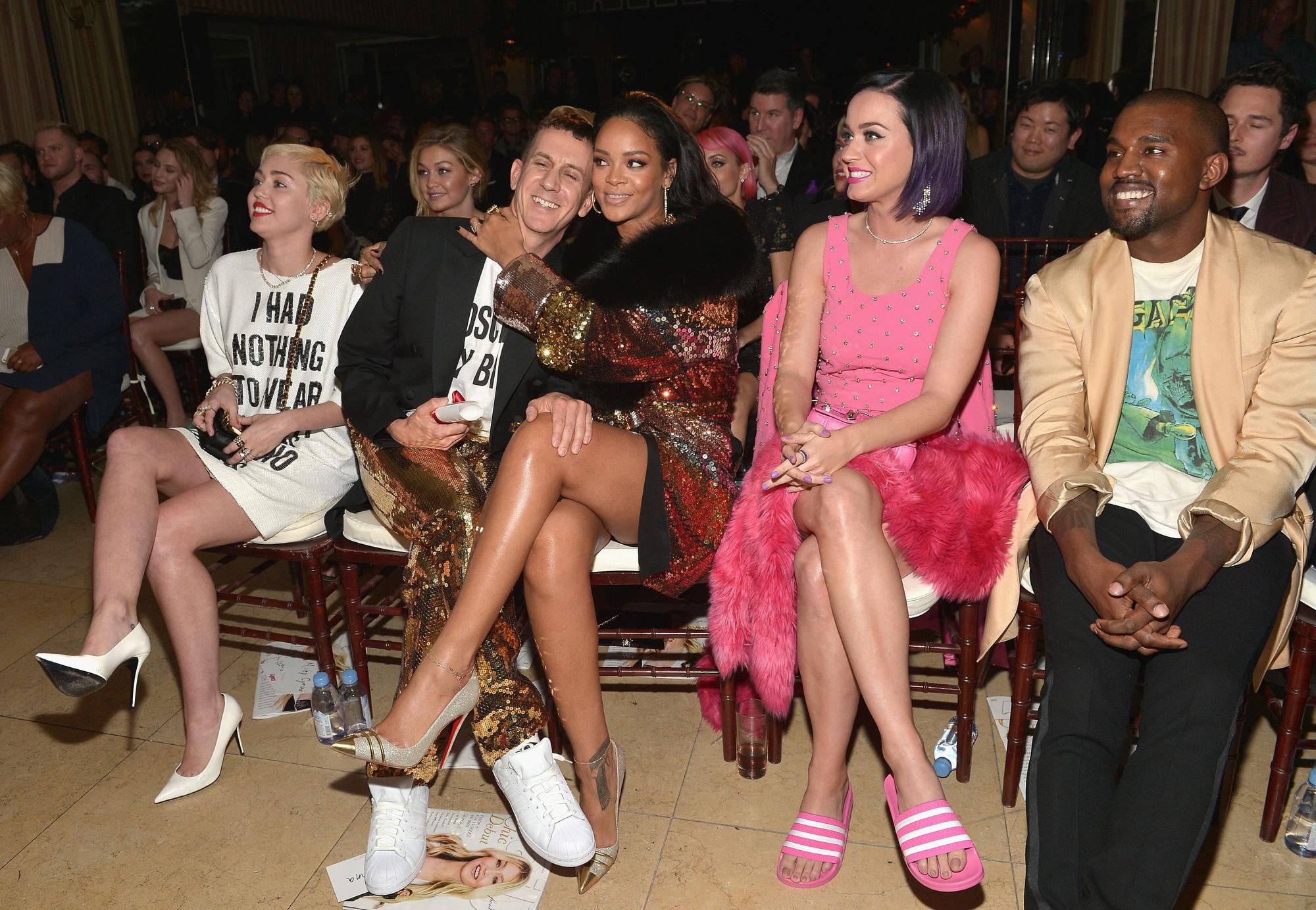Khung hình quyền lực quy tụ toàn nhân vật máu mặt: Tỷ phú Rihanna và Kanye West chễm chệ, nhìn dàn sao ngồi cạnh mà choáng - Ảnh 2.