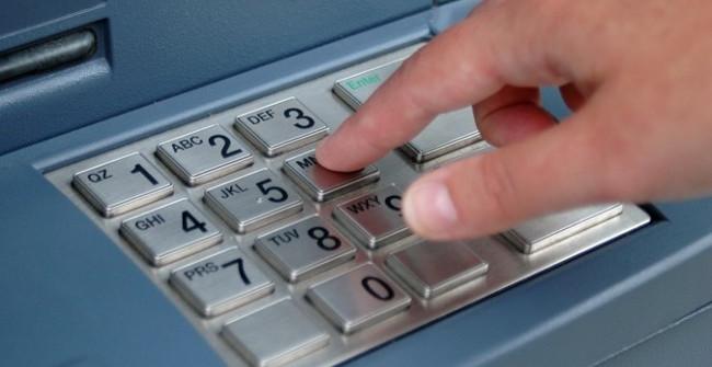 Tại sao bàn phím trên máy ATM luôn được làm bằng kim loại? - ảnh 1