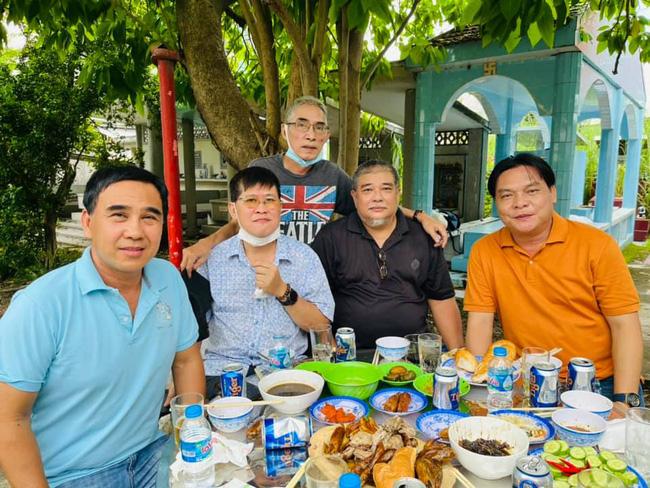 MC Quyền Linh, ông xã Hồng Vân đến thăm người bạn tài tử ra đi mãi mãi, khung hình hiếm gồm toàn nghệ sĩ gạo cội gây bồi hồi - Ảnh 3.