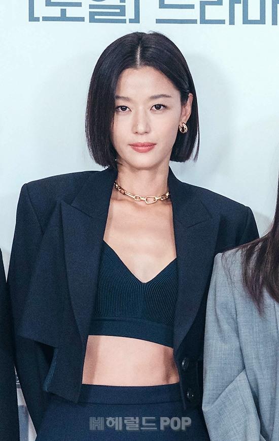 Sự kiện toàn cầu hot nhất hôm nay: Jeon Ji Hyun hở bạo khoe body khó tin, thái tử Joo Ji Hoon lần đầu hé lộ quan hệ với mợ chảnh - Ảnh 2.