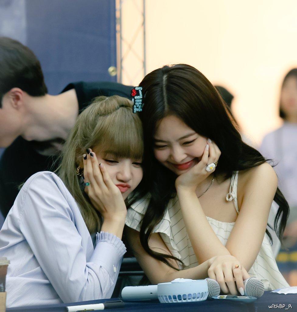 Trong BLACKPINK có cặp đôi Jennie - Lisa gấp đôi visual cực đã mắt, nhưng có bất hòa như lời đồn? - Ảnh 2.