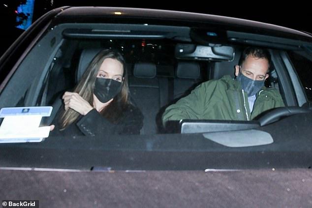 Angelina Jolie lại đi hẹn hò với chồng cũ, lộ ảnh trong xe làm dân tình rần rần: Liệu có tái hợp sau 20 năm? - Ảnh 2.