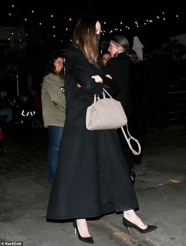 Angelina Jolie lại đi hẹn hò với chồng cũ, lộ ảnh trong xe làm dân tình rần rần: Liệu có tái hợp sau 20 năm? - Ảnh 4.