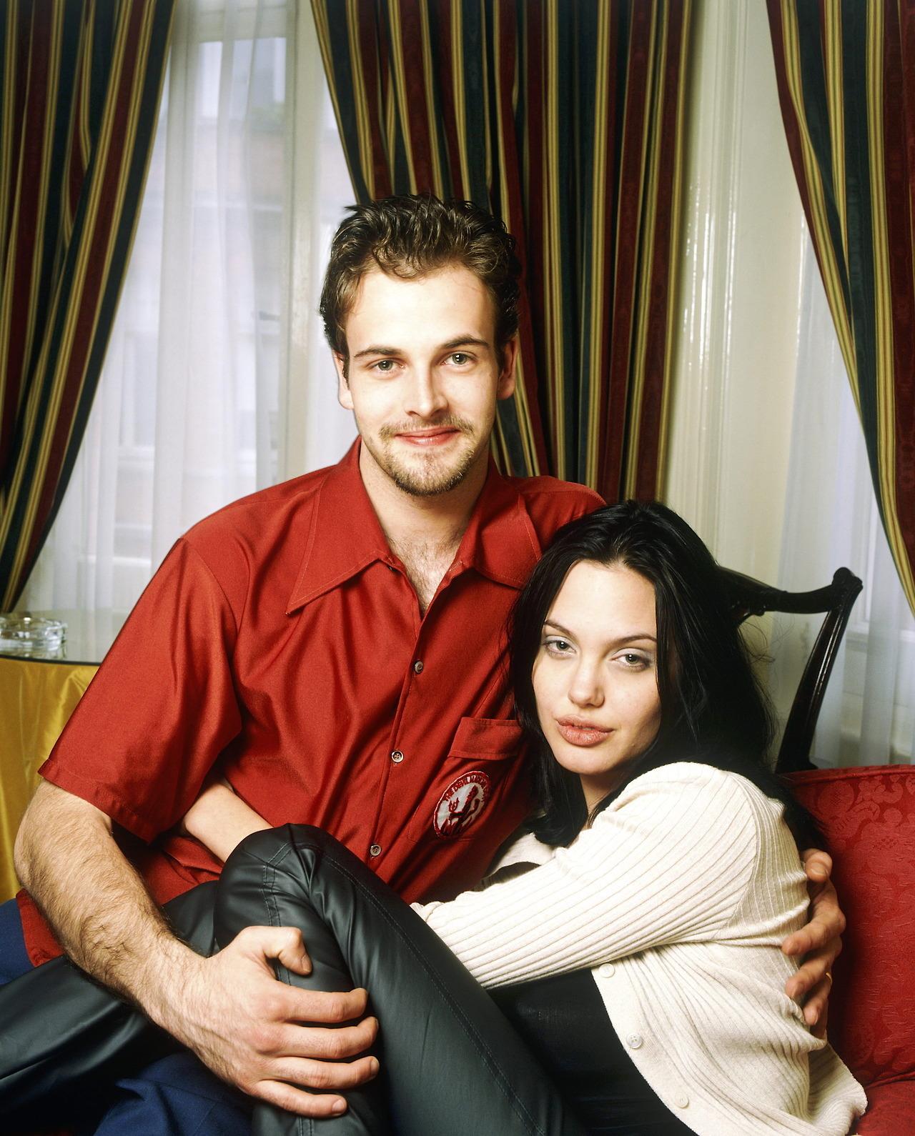 Angelina Jolie lại đi hẹn hò với chồng cũ, lộ ảnh trong xe làm dân tình rần rần: Liệu có tái hợp sau 20 năm? - Ảnh 10.