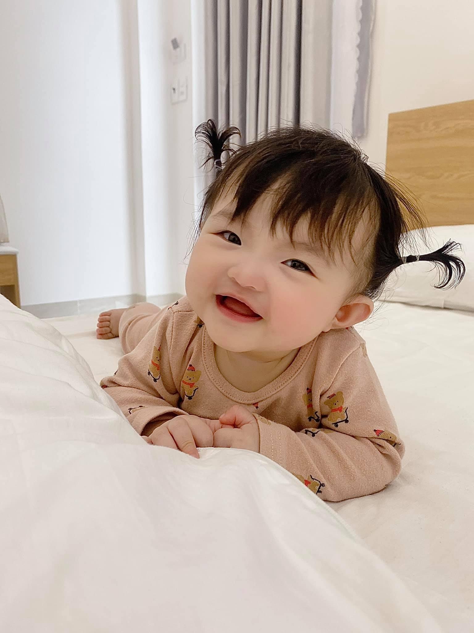 Netizen tranh cãi concept chụp hình gia đình Đông Nhi: Bố mẹ lên xiêm y sang chảnh nhưng con gái lại mặc độc mỗi chiếc tã lẻ loi - Ảnh 8.