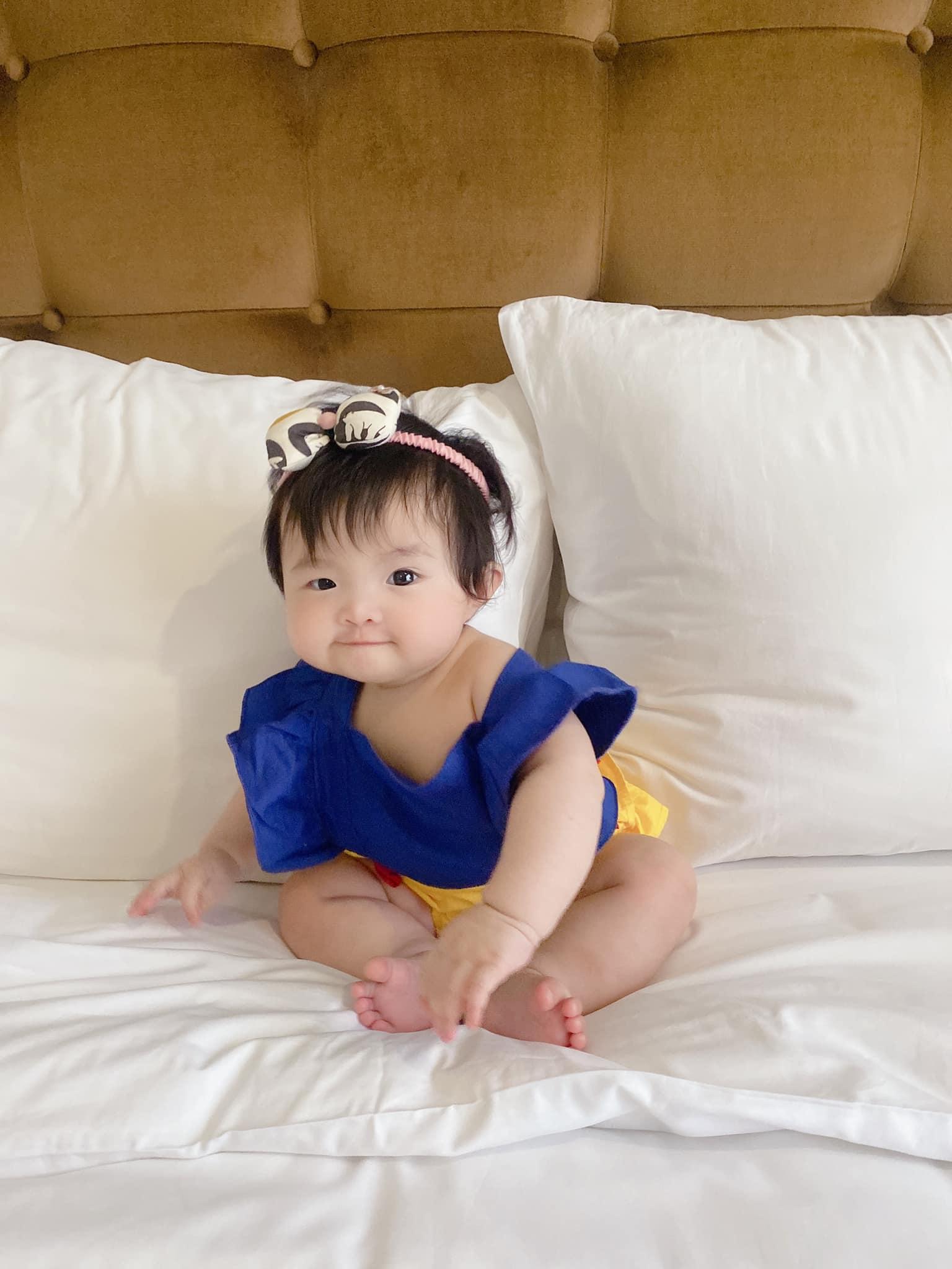 Netizen tranh cãi concept chụp hình gia đình Đông Nhi: Bố mẹ lên xiêm y sang chảnh nhưng con gái lại mặc độc mỗi chiếc tã lẻ loi - Ảnh 9.