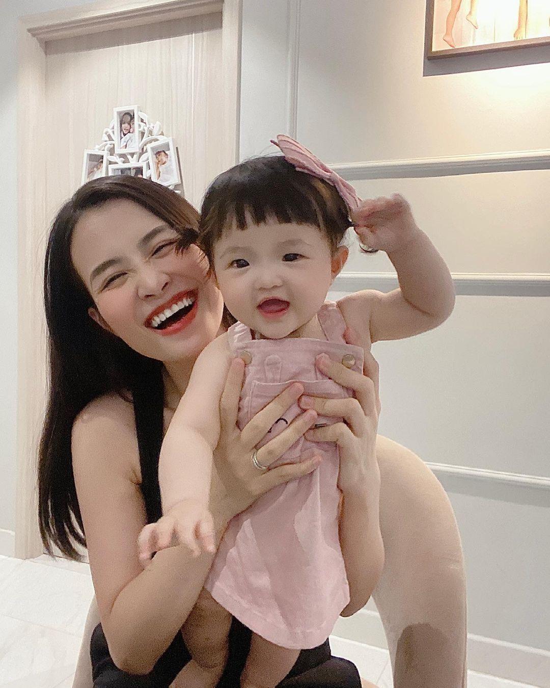 Netizen tranh cãi concept chụp hình gia đình Đông Nhi: Bố mẹ lên xiêm y sang chảnh nhưng con gái lại mặc độc mỗi chiếc tã lẻ loi - Ảnh 10.