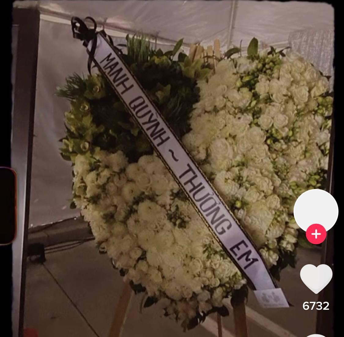 Netizen chú ý hình ảnh vòng hoa Mạnh Quỳnh gửi viếng Phi Nhung tại tang lễ ở Mỹ, chỉ 2 chữ nghe mà xót xa - Ảnh 3.