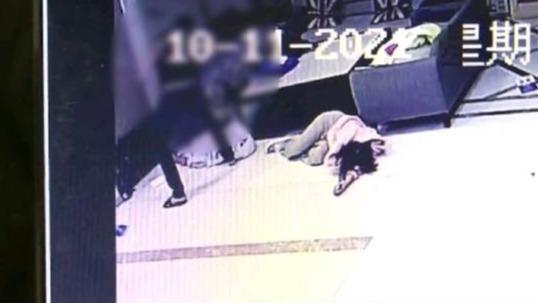 Biết bạn gái đi ngoại tình, thanh niên xăm trổ tới khách sạn đập nát Mercedes cô này đi mượn và đánh trọng thương 2 nhân viên - ảnh 1