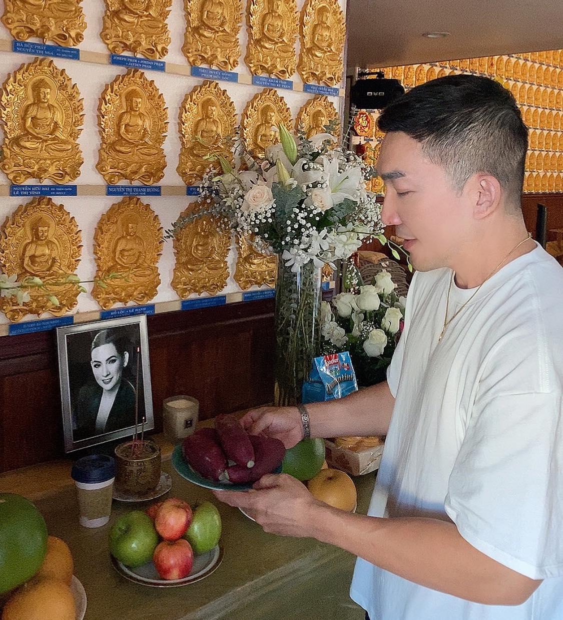 Trên bàn thờ cố ca sĩ Phi Nhung tại tang lễ Mỹ có đặt 1 món từng khiến NS Việt Hương khóc nghẹn khi nhắc đến! - Ảnh 4.