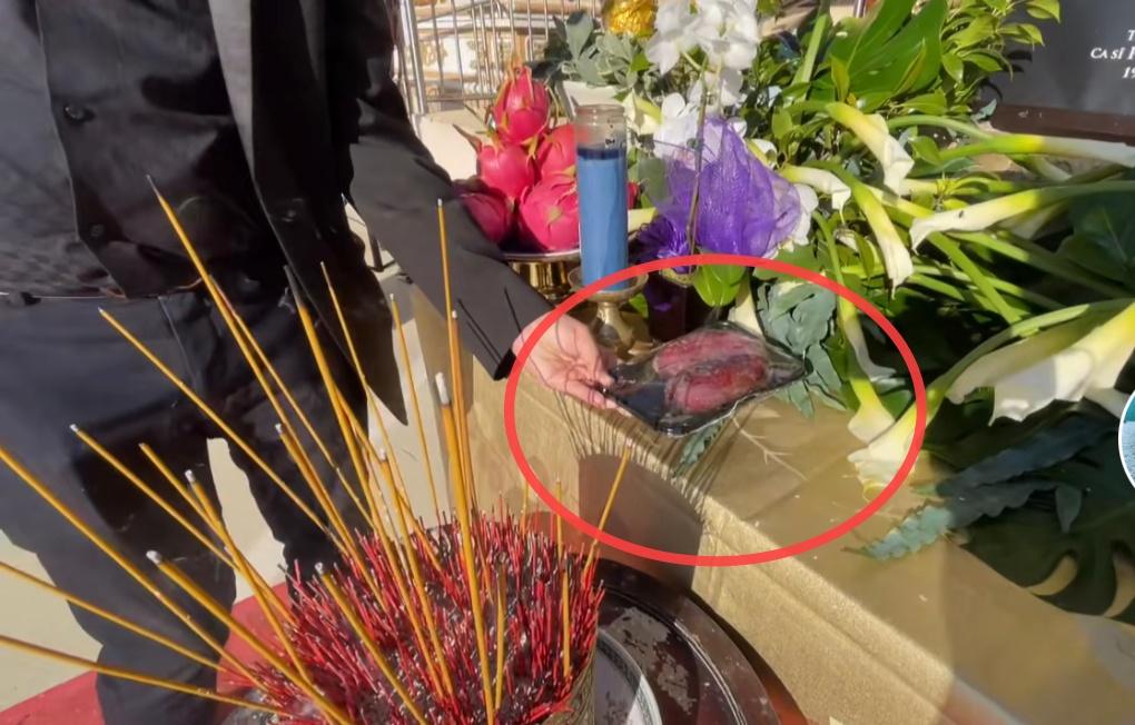 Trên bàn thờ cố ca sĩ Phi Nhung tại tang lễ Mỹ có đặt 1 món từng khiến NS Việt Hương khóc nghẹn khi nhắc đến! - Ảnh 3.