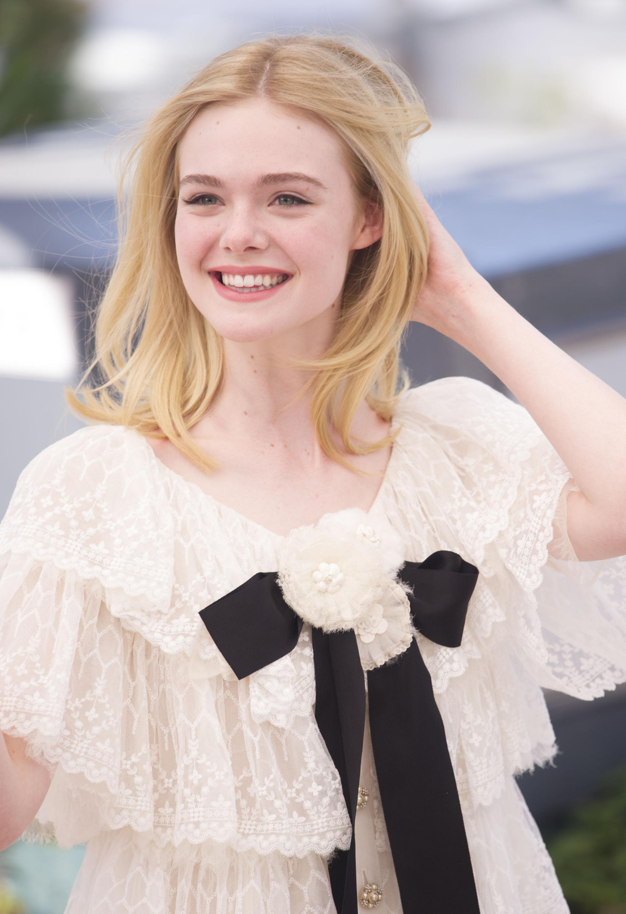 """Còn đâu """"công chúa"""" Elle Fanning đẹp như tiên tử ngày nào: Visual tuột dốc, sốc nhất là body lộ cả xương ngực - Ảnh 13."""