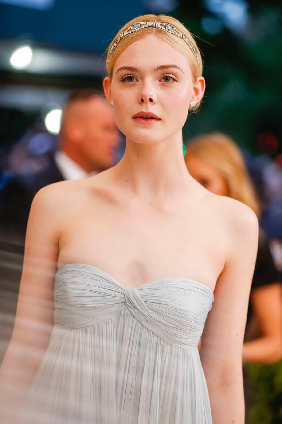 """Còn đâu """"công chúa"""" Elle Fanning đẹp như tiên tử ngày nào: Visual tuột dốc, sốc nhất là body lộ cả xương ngực - Ảnh 12."""