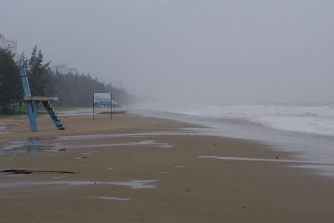 Mưa lớn và nước biển dâng tại TP Sầm Sơn do ảnh hưởng bão số 8 - ảnh 2
