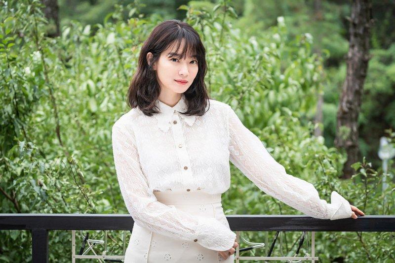 Ngã ngửa với nhan sắc thật của dàn cast Hometown Cha-Cha-Cha: Shin Min Ah lép vế nữ phụ, trùm cuối gây sốc cực mạnh - Ảnh 3.