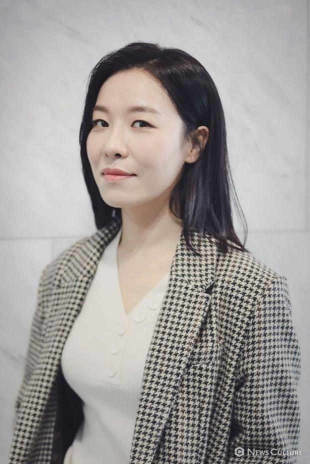 Ngã ngửa với nhan sắc thật của dàn cast Hometown Cha-Cha-Cha: Shin Min Ah lép vế nữ phụ, trùm cuối gây sốc cực mạnh - Ảnh 12.
