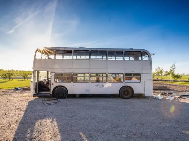 4 cô gái trẻ mua xe buýt rẻ tiền rồi biến thành mobihome sang chảnh, đem cho thuê kiếm gần nghìn đô mỗi tuần - Ảnh 2.