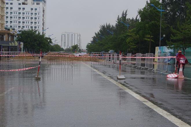 Mưa lớn và nước biển dâng tại TP Sầm Sơn do ảnh hưởng bão số 8 - ảnh 11