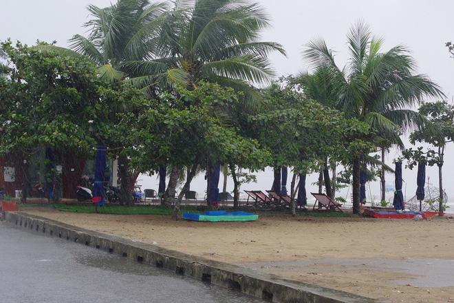 Mưa lớn và nước biển dâng tại TP Sầm Sơn do ảnh hưởng bão số 8 - ảnh 12