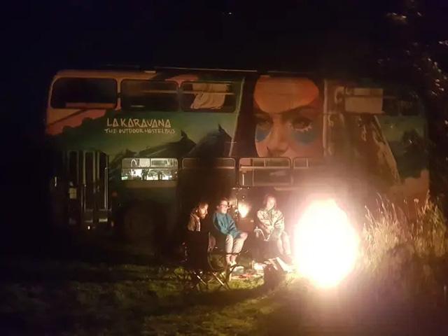 4 cô gái trẻ mua xe buýt rẻ tiền rồi biến thành mobihome sang chảnh, đem cho thuê kiếm gần nghìn đô mỗi tuần - Ảnh 13.