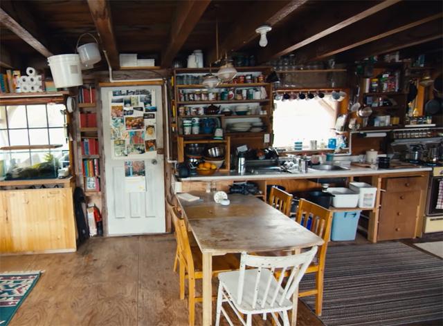 Ông lão mua một căn nhà rộng 70m2 trên mặt nước, sống nhàn nhã một mình hơn 30 năm: 'Không bị vật chất bó buộc, thế giới tinh thần trở nên phong phú hơn!' - ảnh 15