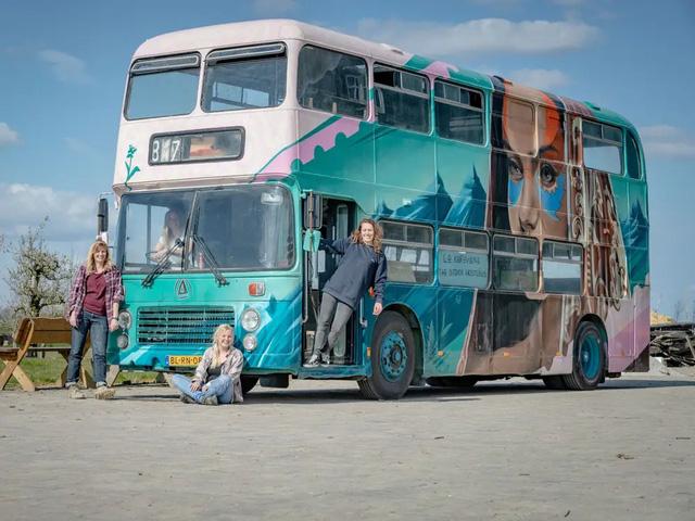 4 cô gái trẻ mua xe buýt rẻ tiền rồi biến thành mobihome sang chảnh, đem cho thuê kiếm gần nghìn đô mỗi tuần - Ảnh 15.