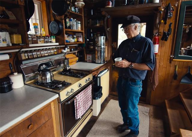 Ông lão mua một căn nhà rộng 70m2 trên mặt nước, sống nhàn nhã một mình hơn 30 năm: 'Không bị vật chất bó buộc, thế giới tinh thần trở nên phong phú hơn!' - ảnh 18