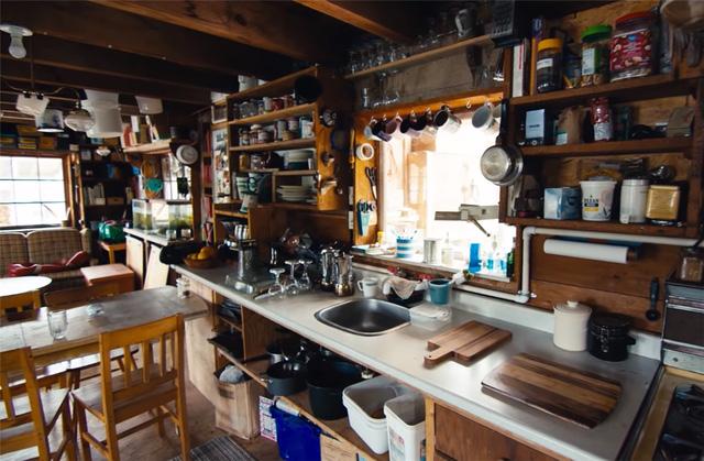 Ông lão mua một căn nhà rộng 70m2 trên mặt nước, sống nhàn nhã một mình hơn 30 năm: 'Không bị vật chất bó buộc, thế giới tinh thần trở nên phong phú hơn!' - ảnh 19
