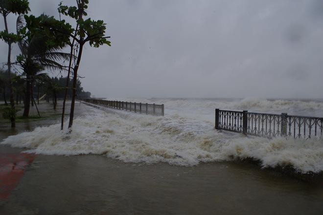 Mưa lớn và nước biển dâng tại TP Sầm Sơn do ảnh hưởng bão số 8 - ảnh 3