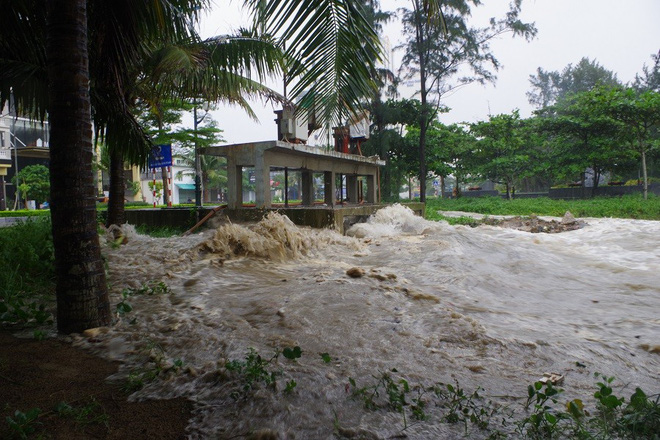 Mưa lớn và nước biển dâng tại TP Sầm Sơn do ảnh hưởng bão số 8 - ảnh 4