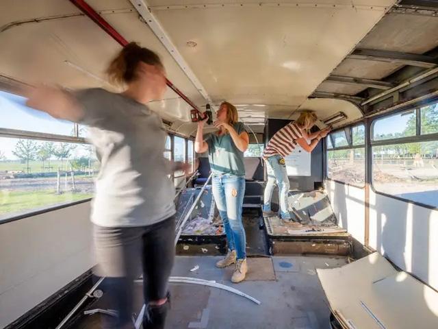 4 cô gái trẻ mua xe buýt rẻ tiền rồi biến thành mobihome sang chảnh, đem cho thuê kiếm gần nghìn đô mỗi tuần - Ảnh 4.