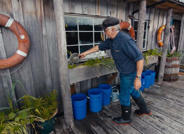 Ông lão mua một căn nhà rộng 70m2 trên mặt nước, sống nhàn nhã một mình hơn 30 năm: 'Không bị vật chất bó buộc, thế giới tinh thần trở nên phong phú hơn!' - ảnh 31
