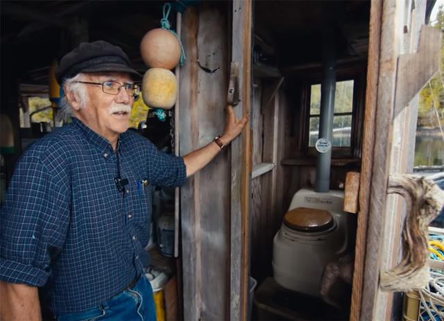 Ông lão mua một căn nhà rộng 70m2 trên mặt nước, sống nhàn nhã một mình hơn 30 năm: 'Không bị vật chất bó buộc, thế giới tinh thần trở nên phong phú hơn!' - ảnh 36