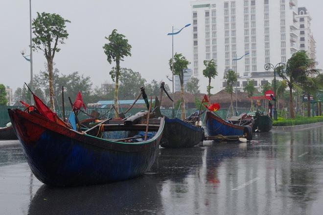 Mưa lớn và nước biển dâng tại TP Sầm Sơn do ảnh hưởng bão số 8 - ảnh 5