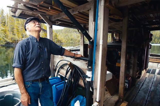 Ông lão mua một căn nhà rộng 70m2 trên mặt nước, sống nhàn nhã một mình hơn 30 năm: 'Không bị vật chất bó buộc, thế giới tinh thần trở nên phong phú hơn!' - ảnh 43