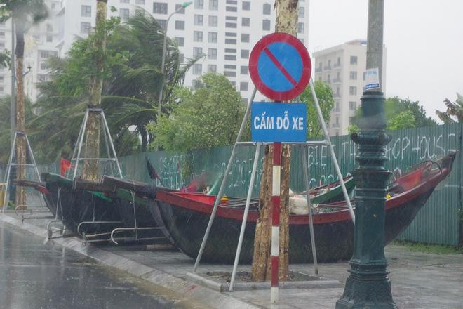 Mưa lớn và nước biển dâng tại TP Sầm Sơn do ảnh hưởng bão số 8 - ảnh 6