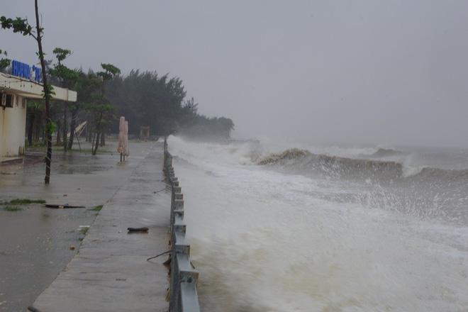 Mưa lớn và nước biển dâng tại TP Sầm Sơn do ảnh hưởng bão số 8 - ảnh 7