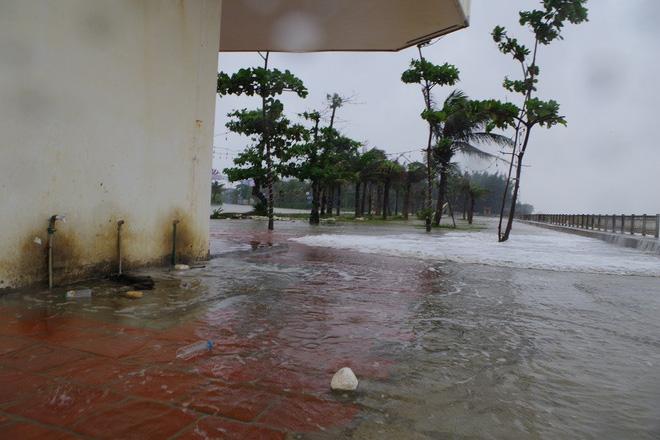 Mưa lớn và nước biển dâng tại TP Sầm Sơn do ảnh hưởng bão số 8 - ảnh 8
